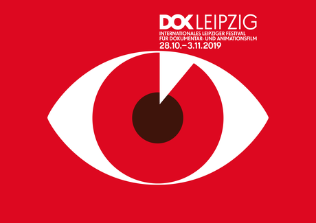 DOK Leipzig - 62. Internationales Leipziger Festival für Dokumentar- und Animationsfilm | Illustration eines Auges auf rotem Hintergrund und mit roter Iris um einen schwarze Pupille.