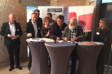 Vorstand und Geschäftsführung des DIAF bei der Unterzeichnung des Mietvertags für den neuen Standort im Kraftwerk Mitte.