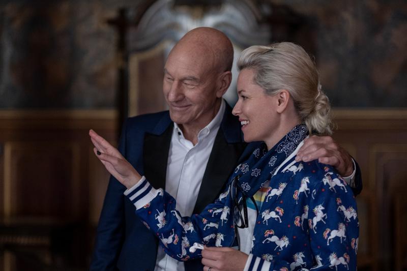 Regisseurin Elizabeth Banks und Hauptdarsteller Patrick Steward am Set in den Räumen von Schloss Moritzburg