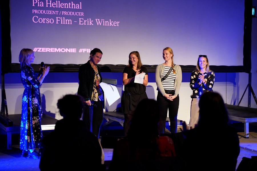 """ELBE DOCK Preisverleihung für den Film """"Searching Eva"""" von Poia Hellenthal."""