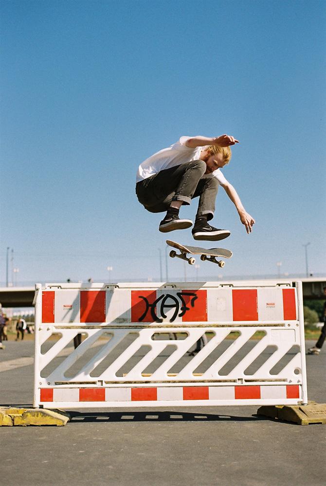 Steffen Krones beim Sprung über eine Absperrung mit seinem Skateboard.